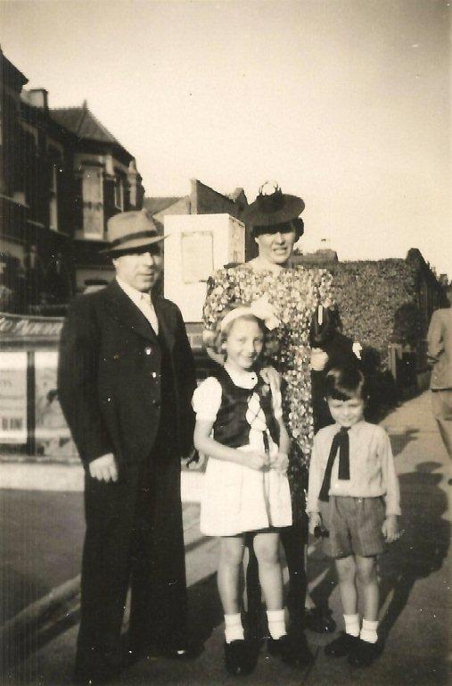 Bron: Ive Vandewalle - De foto is genomen tijdens of net na de 2de WO, toen het gezin in Richmond nabij Londen woonde. Ze waren klaar voor een uitstapje naar Richmond park