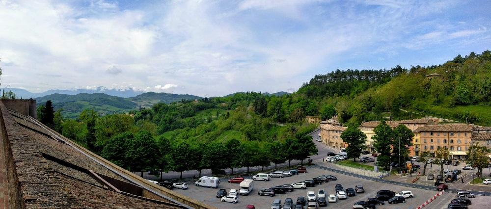 Urbino - panorama vanaf de toegangsweg naar het hertogelijk paleis