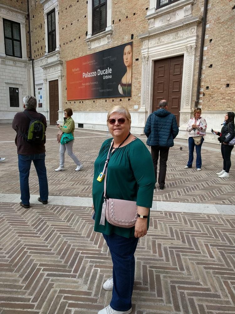 Urbino - Linda op het voorplein van het hertogelijk paleis