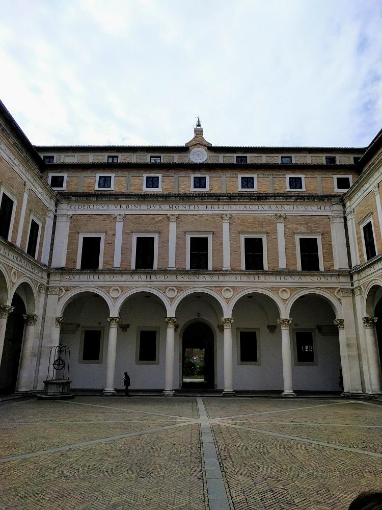 Urbino - paleis - zicht vanaf het binnenplein