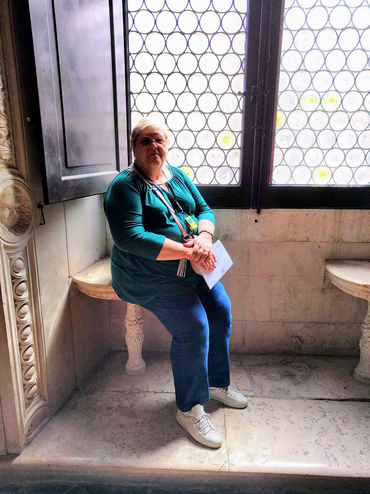 Urbino - paleis - Linda rust even uit op de plaats van een hoveling aan het raam