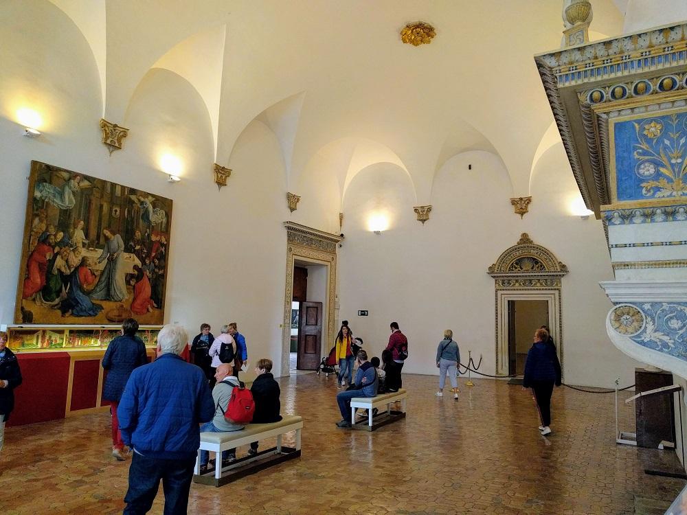 Urbino - paleis - zaal met tentoongestelde schilderijen