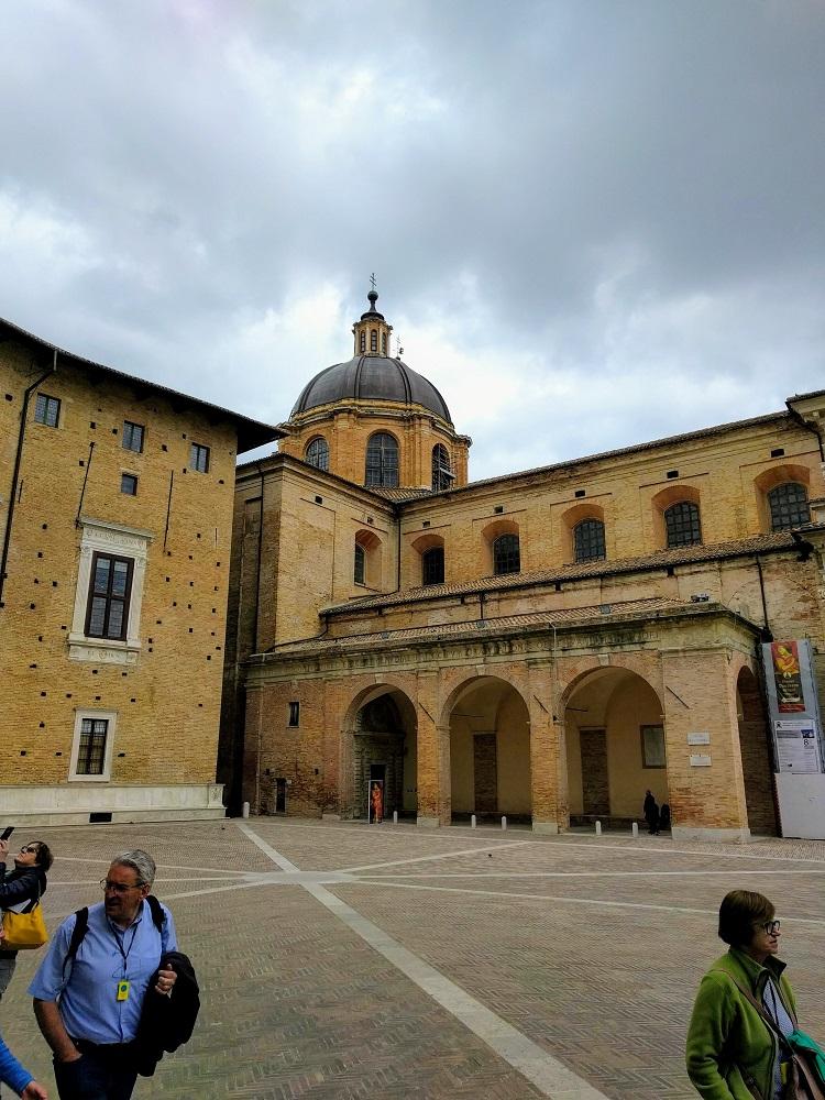 Urbino - domkerk tegenover het hertogelijk paleis