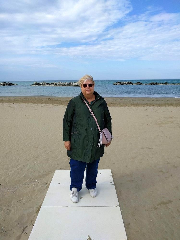 Cattolica - Linda op het strand met op de achtergrond de Adriatische zee