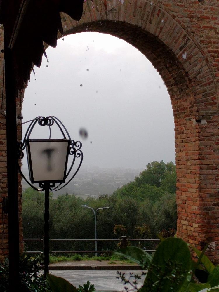 Gradara - poort met zicht op het landschap in de druilerige regen