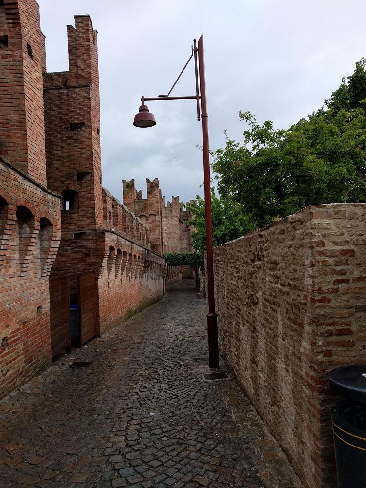 Gradara - verlaten straatje langs de vestingsmuur